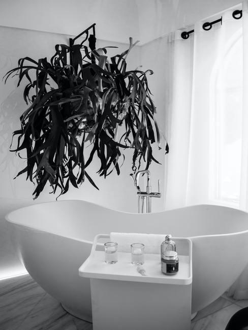 Feng shui badkamer met grote witte badkuip en groene plant op witte muur