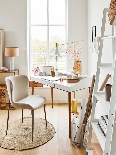 Feng-Shui-kantoor: met natuurlijke matrialen met een wit bureau en een beige stoel met gouden poten