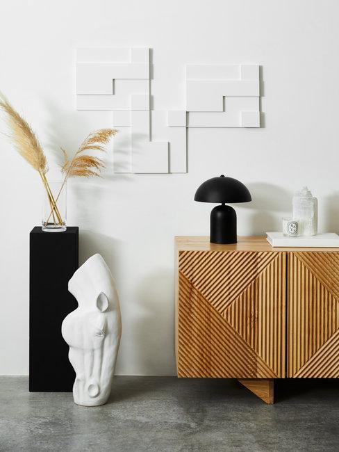 Decoratie ideeën header met houten dressoirkast met zwarte lam en witte beelden