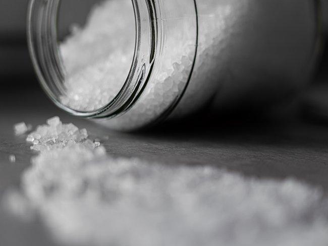 glazen pot met zout en zout op blad