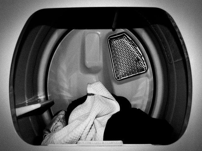 Wastrommel met kleren in zwart-wit