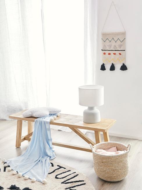 Decoratie en lampje in babykamer