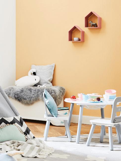 Kinderkamer met kindertafel en kinderstoelen, tipi en zitbank