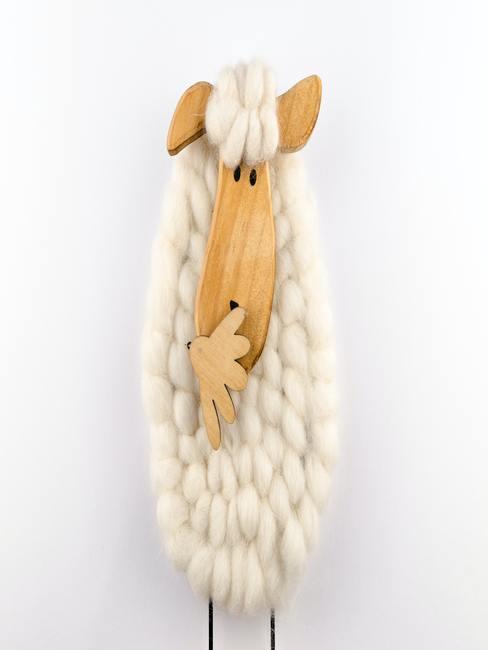 Babykamer okergeel: speelgoedschaap van hout en wol