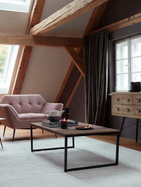 Gordijnen wassen loft met oud roze stoel in industrieel interieur