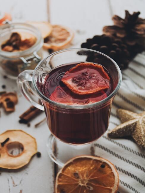 Kersthapjes: glühwein met sinaasappel in een glas