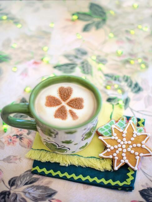 Aromatische koffie met melk bestrooid met kaneel