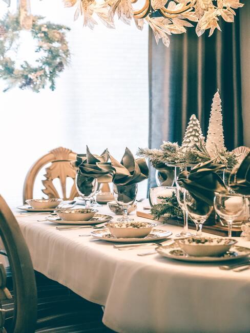 Kerst ontbijt ideeën: Gedekte tafel met serviesset en bloemen en kerstdecoraties