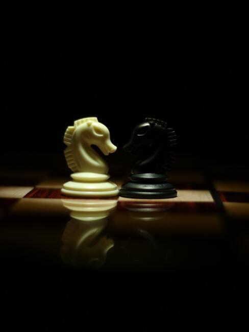 schaakstukken op een houten tafel