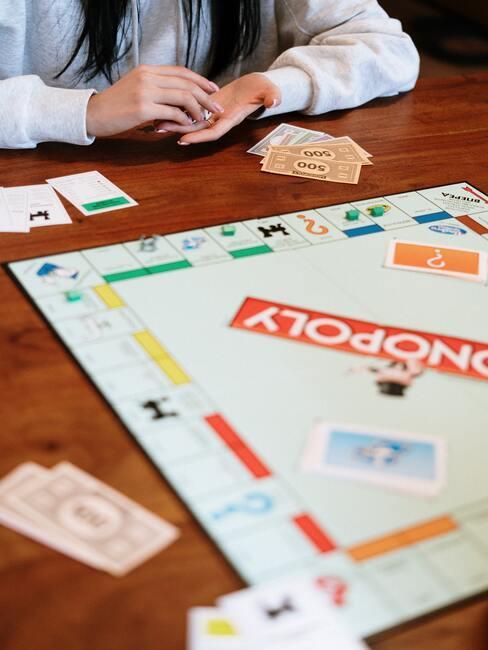 Spel Monopoly op een houten tafel