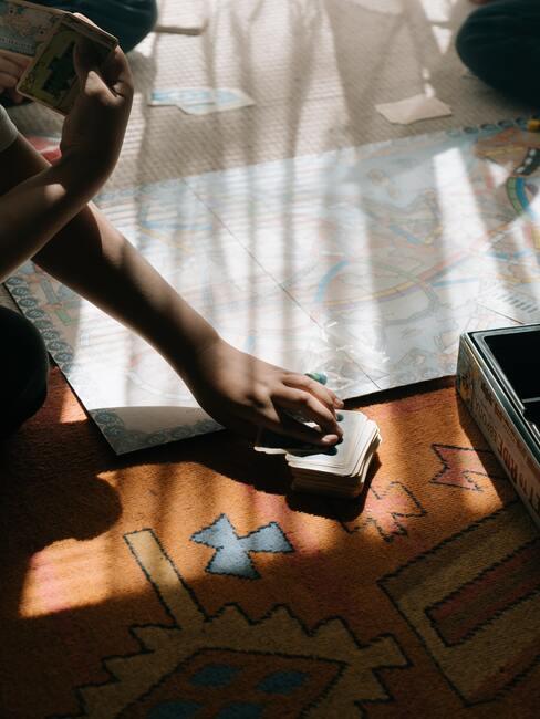 Sinterklaas spelletjes: kinderen spelen een spel op de vloer