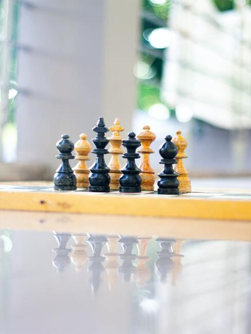 Speelt schaak op een gloeiend tafelblad