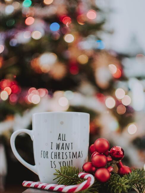 Sinterklaas dobbelspel: een kop warme chocolademelk op een achtergrond van de kerstboom
