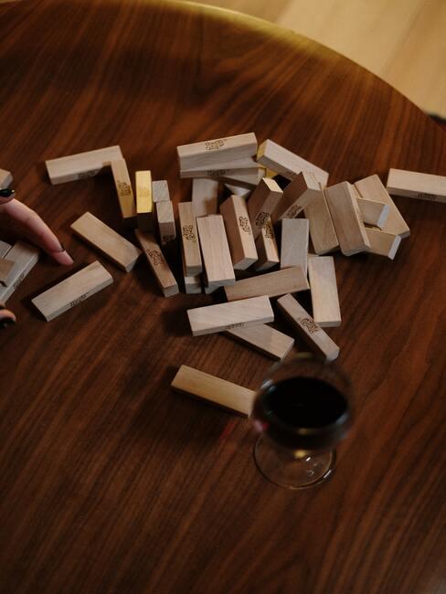 Jenga kubussen op een houten tafel