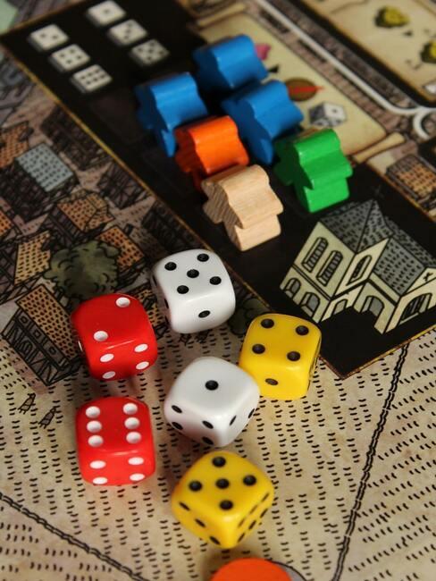 Sinterklaas dobbelspel: kleurrijke dobbelstenen op een houten tafel