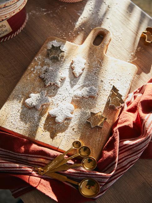 Kerst ontbijt ideeën: versgebakken koekjes op een houten snijplank
