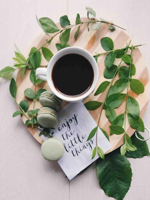 koffie op een houten dienblad