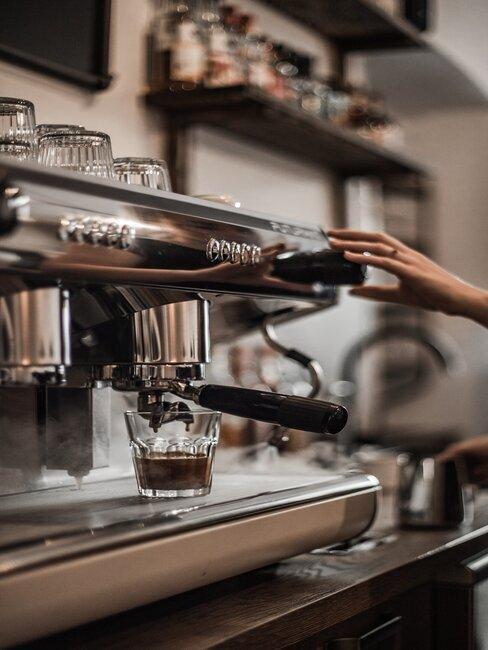 barista zet koffie