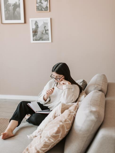 Verlanglijstje maken: vrouw zittend op een comfortabele bank