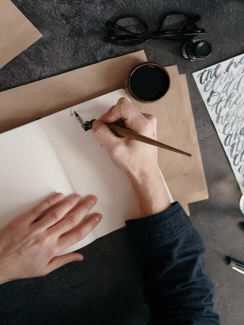 Verlanglijstje maken op gladde vellen papier