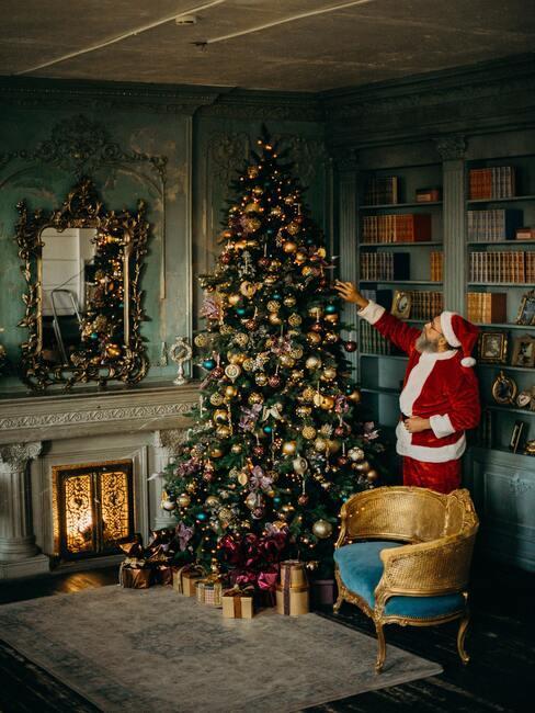 Schoen zetten: Kerstman naast een kerstboom in een vintage kamer
