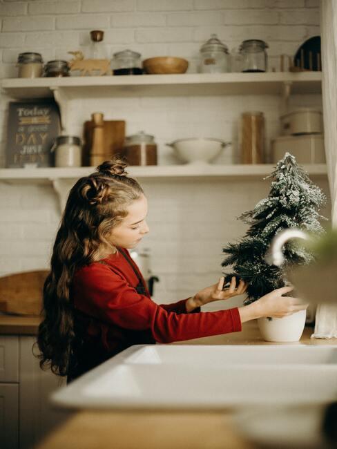 Een meisje dat in de keuken een snack voor de gast voorbereidt