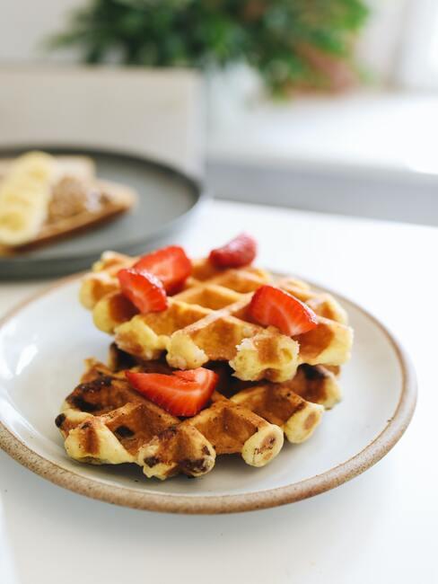 Wafels met aardbeien op een porseleinen bord