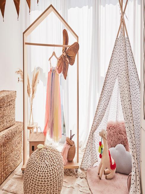 Kinderkamer met veel decoratieve accessoires