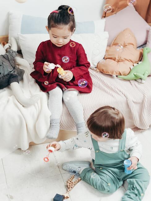 Kinderen spelen in de kidsroom