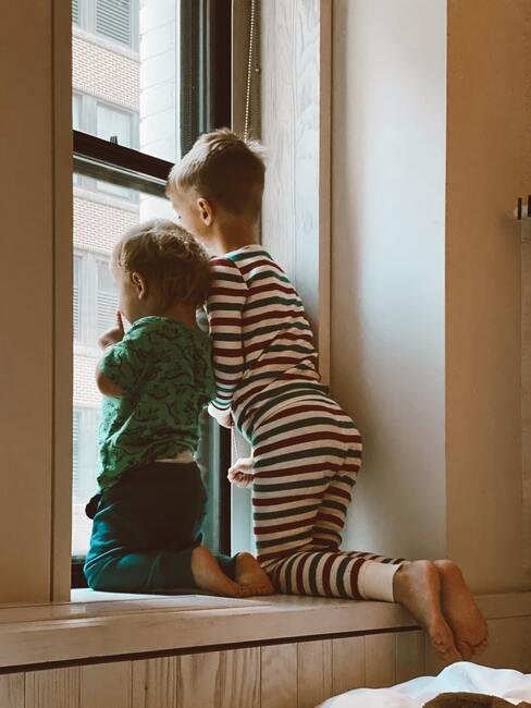 Kidsroom: Kinderen in pyjama kijken uit het raam