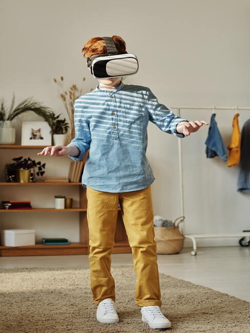 Jongen met VR-bril
