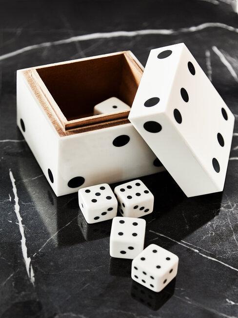 dobbelspel sinterklaas dobbelstenen zwart wit op zwart marmer