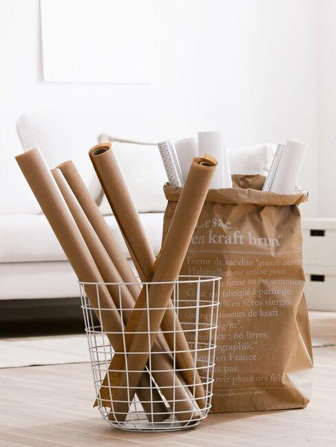 Kartonnen zak met cadeau's en witte mand met inpakpapier