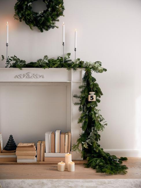 Scandinavisch huis met witte openhaard met kersttakken