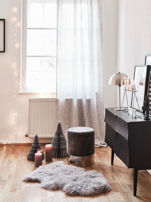 Raamdecoratie voor kerst: witte gordijnen en lampjes