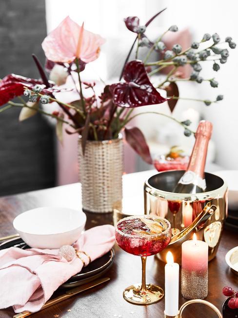 Champagnekoeler in goud op salontafel