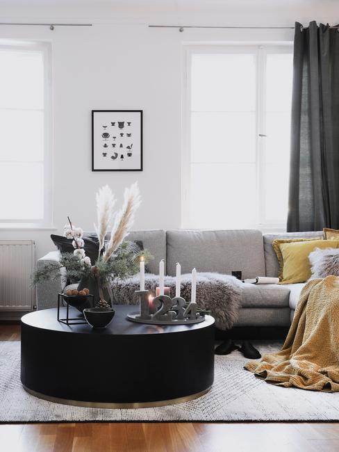 Decoratie schaal op zwarte salontafel