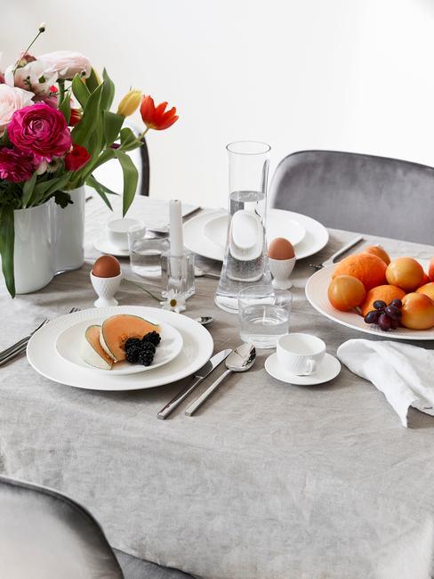 Eettafel decoratie op tafelkleed in lichtgrijs