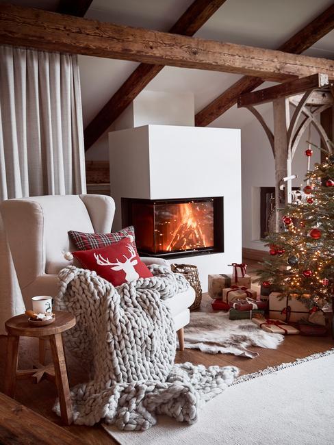 Kerst decoratie met beige stoel en houten stoel