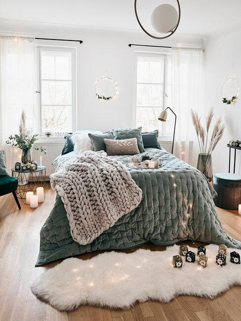 Kerst trends 2020 materialen en stoffen slaapkamer met groenen sprei en wit vachtjes op de grond