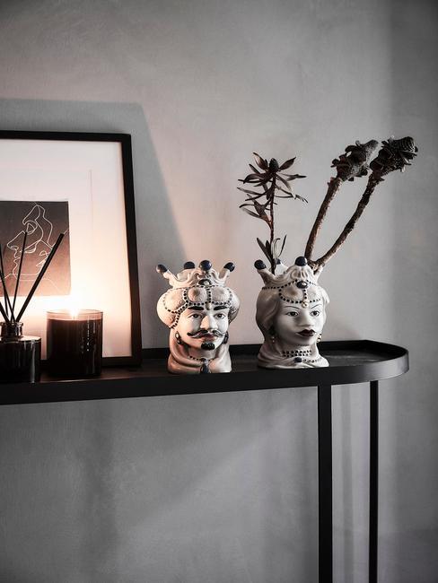 Sidetable in zwart met decoratie