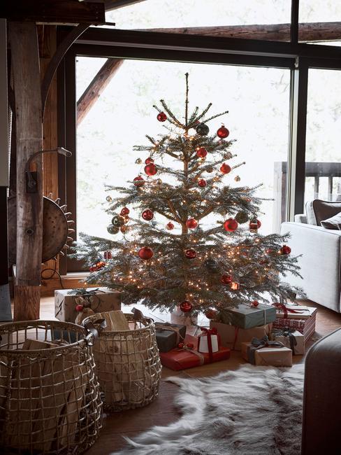 Kerstboom in klassiek chalet stijl