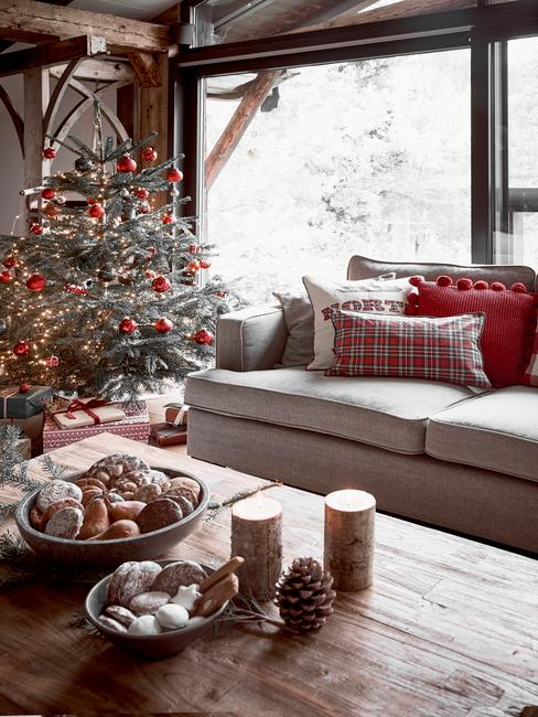 Kerstboom in klassieke stijl in houten huis