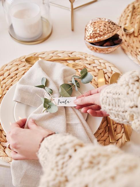 Beige servetten op wit bord