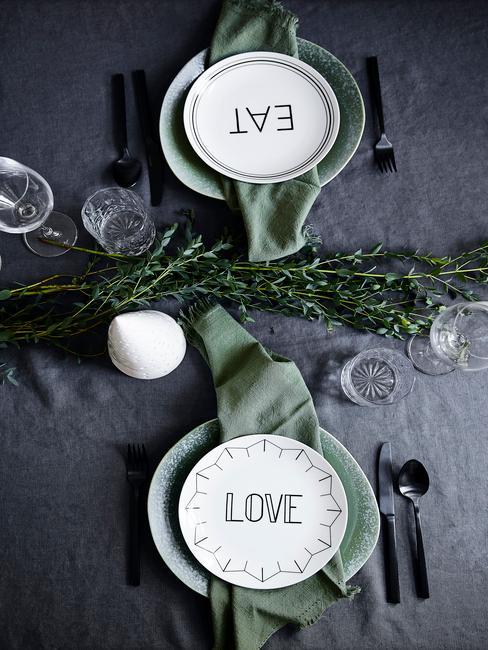 Witte borden met opschrift op tafel met kerstdecoratie