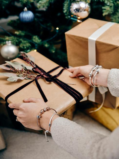 Cadeautjes verpakt in bruin papier met een rood lint
