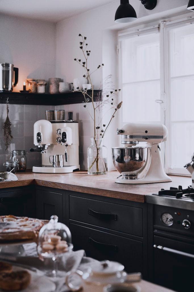 Moderne keuken met kookaccessoires