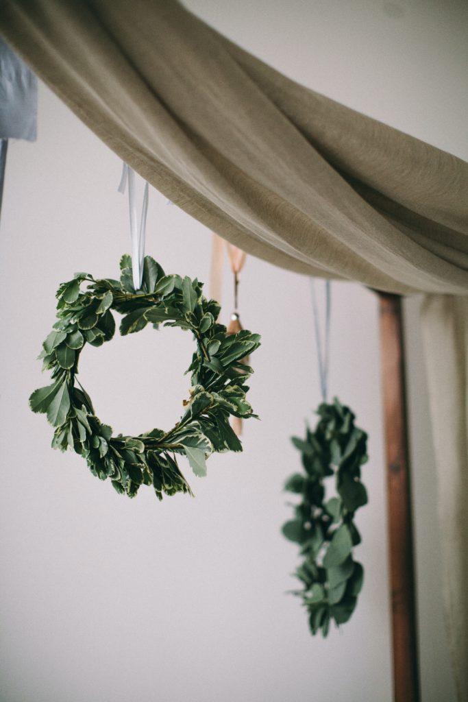 Bloemenkrans met gouden ring als DIY decoratie