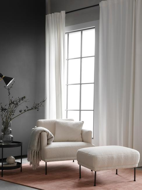 Westwing kerst trends 2020 huiskamer met loungestoel en plaid
