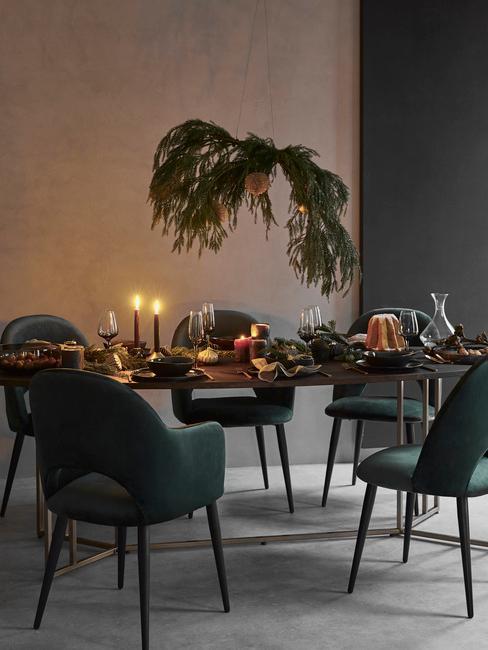 zwarte tafel met een groene eetkamerstoelen